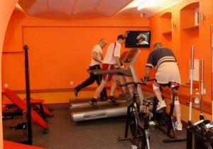 Trening na bieżniach Life Fitness ze strongmanem Kamilem Bazelakiem
